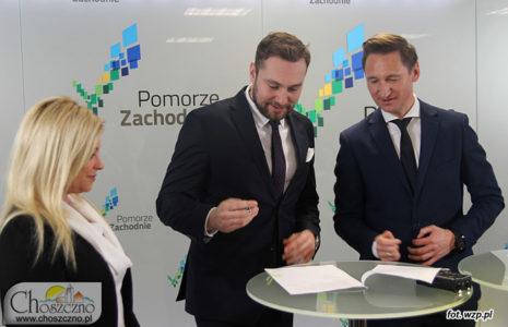 podpisanie umowy na dofinansowanie działalności ZAZ od lewej skarbnik Agata Bruzgo, wiceburmistrz Łukasz Młynarczyk i wojewoda Olgierd Geblewicz