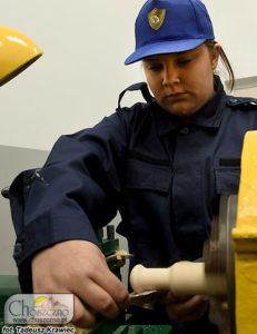 uczennica czy pracy z maszyną