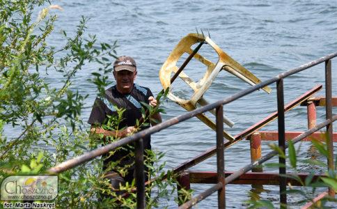 Ryszard Galicki prezentuje co znajdowało sie w jeziorze Klukom