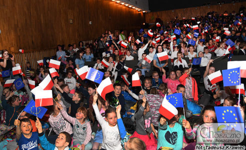 uczniowie z flagami Polski i UE