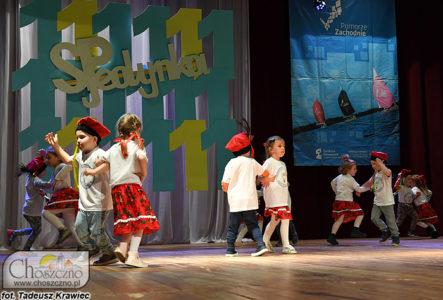 uczniowie z Jedynki tańczą krakowiaka